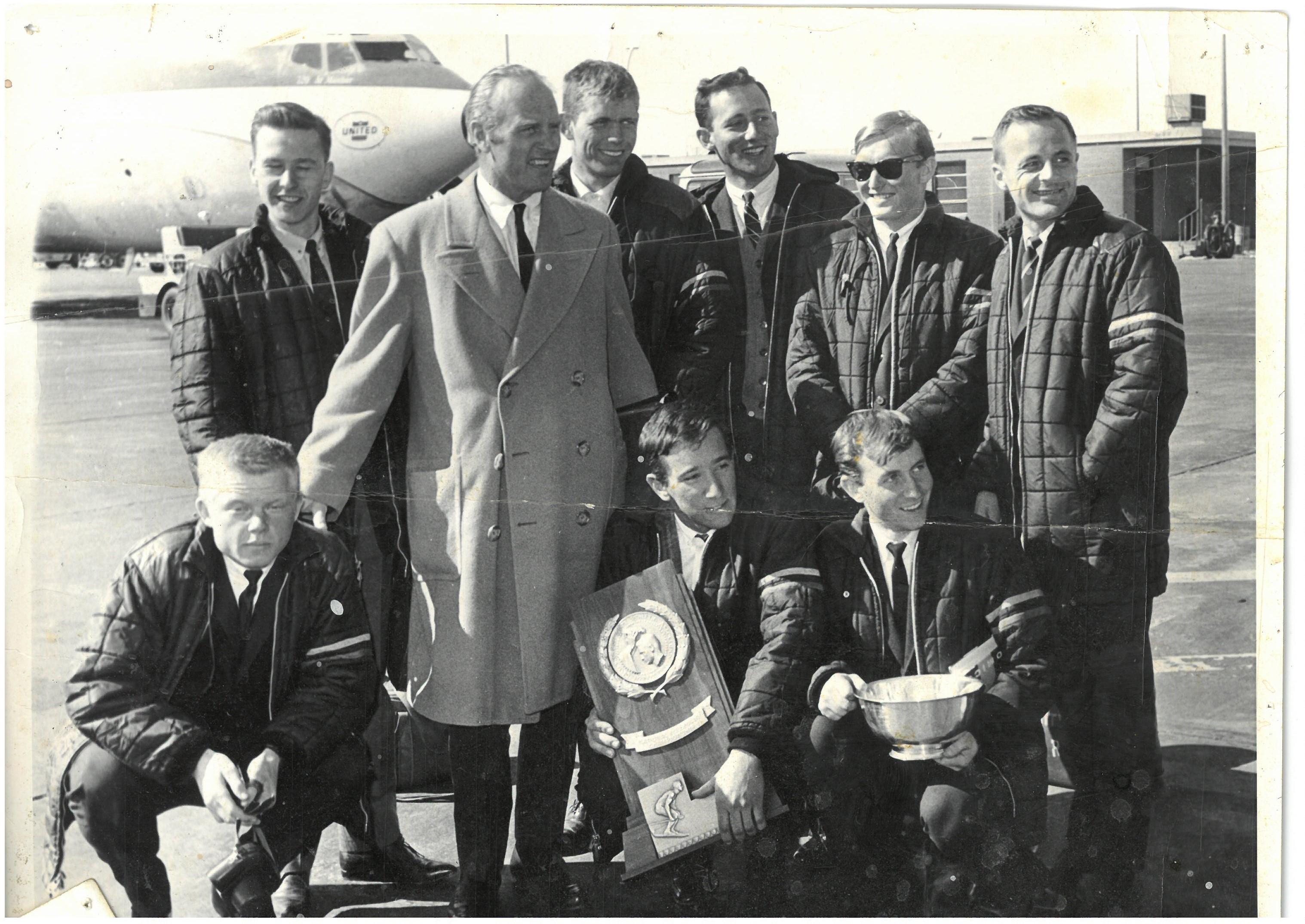 https://fasterskier.com/wp-content/blogs.dir/1/files/2017/05/1964-NCAA-laget-på-Logan-Airport.-Boston.jpg