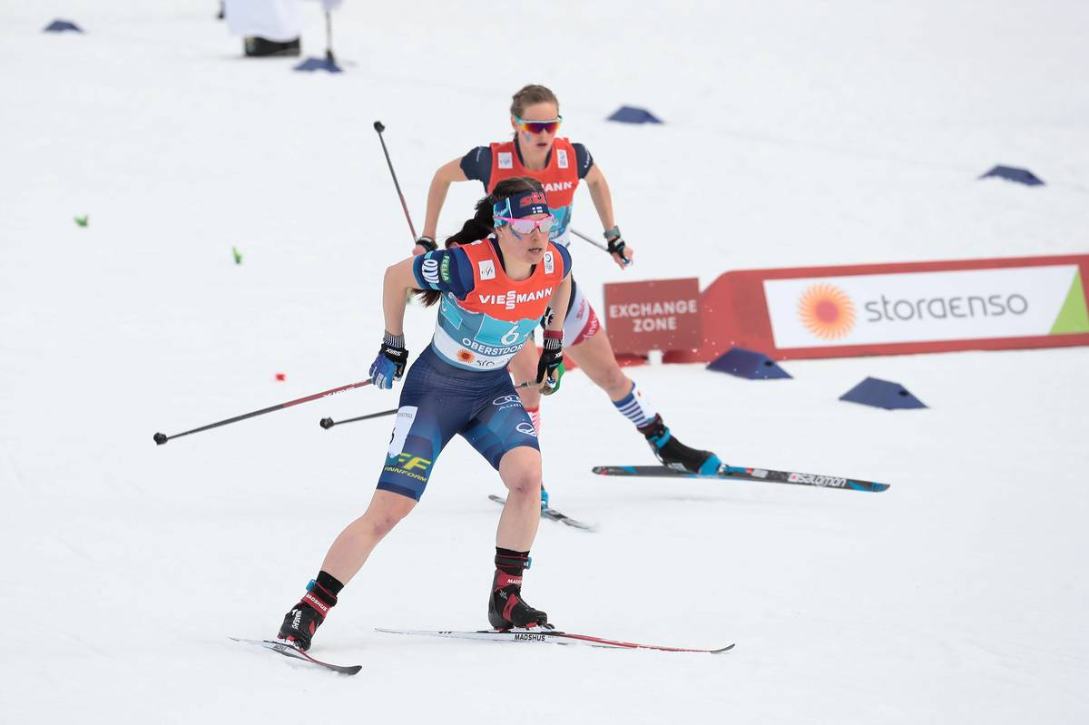 Krista Pärmäkoski of Finland and Jessie Diggins of the USA racing in shorts and short sleeves due to warm temperatures